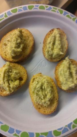 Servir con pan crostini. Enjoy :) Yo solía pan crostini pero no dude en utilizar cualquier otro tipo de crujiente / pan crujiente que se puede calentar en el horno.