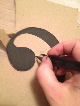Recorte calcomanía con tijeras en lugares fáciles y cuchillo X-acto en zonas difíciles. Cartón y tablero de la espuma son difíciles de cortar. Tenga cuidado. Dejar de lado.