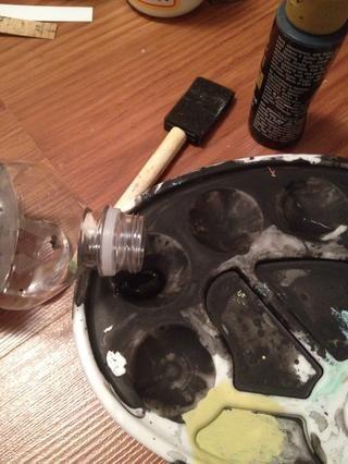 Mezcle la pintura con una muy pequeña cantidad de agua.