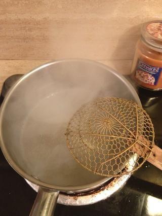 En una olla pequeña, hervir un poco de agua (suficiente para hervir su porción de fideos).