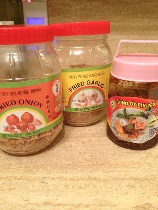 Estos son los ingredientes típicos de la sopa de pollo con fideos (chalotes fritos, ajo frito, pasta de chile frito / aceite).