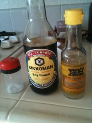 Añadir 1/2 cucharadita de sal, una cucharadita de salsa de soja, y una cucharadita de aceite de sésamo para el pollo en la sartén.