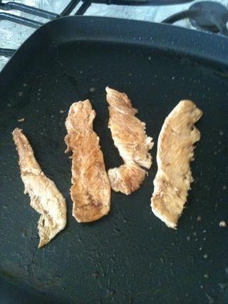 Cocine hasta que el color rosado en el interior del pollo.