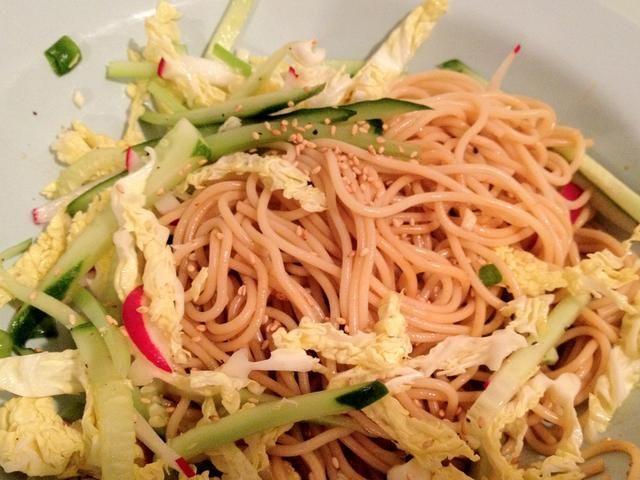 Mezclar las verduras con fideos juntos. Guarde en el refrigerador hasta por 1 día.