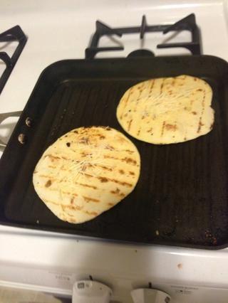 Voltear cuando las tortillas estén crujientes. Usted puede mantener el control de la parte inferior. Por lo general, esto es alrededor de 1-2 minutos, dependiendo del calor sartén.