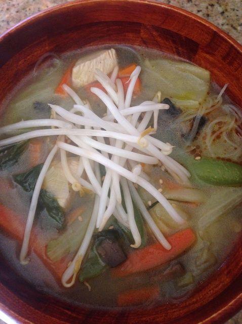 Cómo hacer asiática sopa de fideos con pollo y verduras Receta