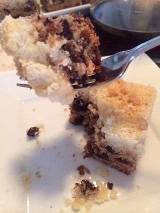 Yo puedo't show you that this cake is moist, and the buttery rich crumbs are so crisp! Mmm!