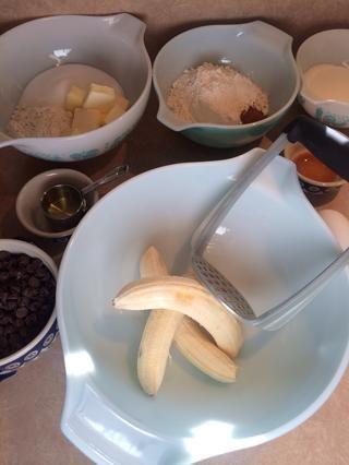 Bananas peladas en el recipiente de mezcla. Me gusta usar esta revestido de goma machacador de papas, lo que realmente hace el trabajo bien!