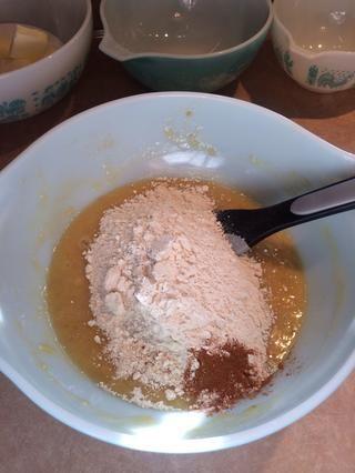 Añadir la harina, polvo de hornear, bicarbonato de sodio y la canela.