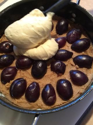 Vierta la masa de pastel en la parte superior de la mezcla de azúcar morena y ciruelas. Recuerde, usted puede añadir más ciruelas hasta el fondo de la sartén. (Sólo utilicé 12) Empaque en fuerza, ellos se encogen cuando se hornean.