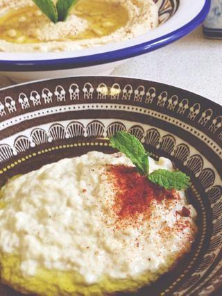 Coloque la mezcla en un plato para servir y decorar con aceite de oliva, menta, y una pizca de pimentón o cayena en polvo. Comer con pan tostado y disfrutar - Sahtein! (¡A tu salud!)