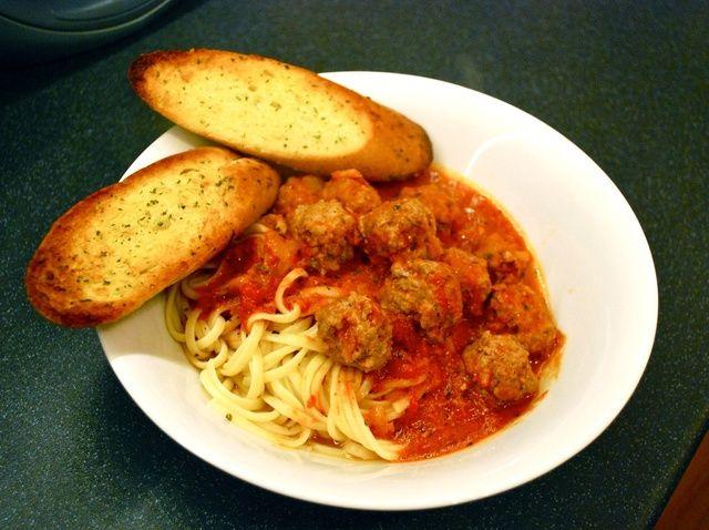 Cómo hacer albóndigas italianas auténticas y receta de la salsa de las pastas