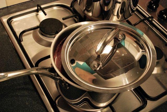 Cocine a fuego lento parcialmente cubierta durante 20 minutos. Cocer los espaguetis según las instrucciones del paquete. Abrir una botella de vino y puesto la mesa :)