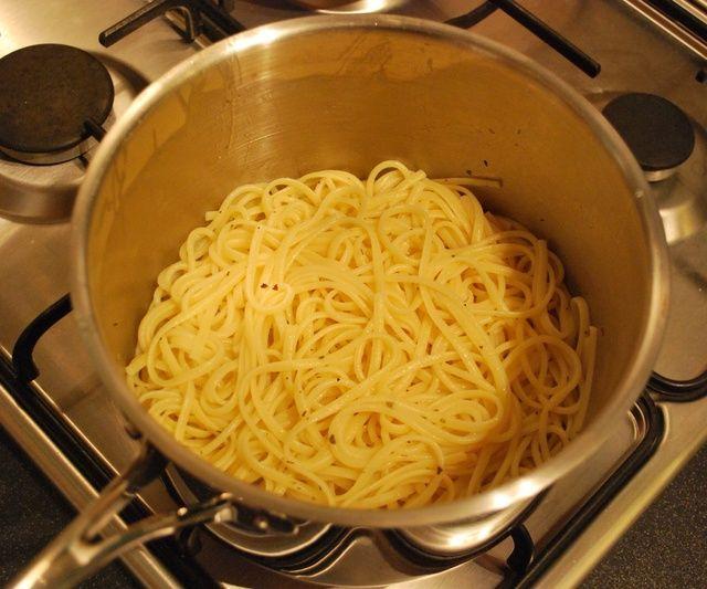 Escurrir la pasta, glu en un chorrito de aceite de oliva y espolvorear un poco de orégano por encima y revuelva para separar