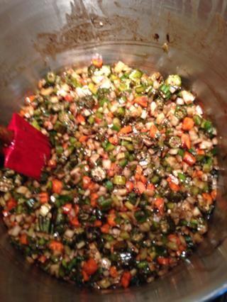 Añadir un poco de caldo si los vegetales absorben el roux. Ponga una tapa en la olla y sudar las verduras hasta que estén tiernos unos 8 -10 minutos. Añadir los tomates.