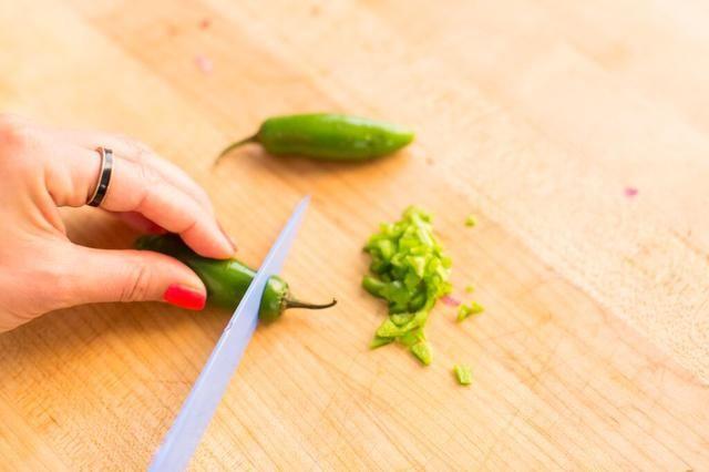 Semilla y picar jalapeños. Deja semillas si te gusta el calor. (aproximadamente 1/4 taza)