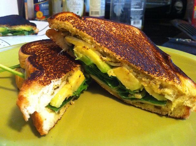 Calentar una cucharada de aceite de oliva en una sartén (fuego lento. Añadir el sándwich al aceite y cocine hasta que estén doradas. Presione ligeramente hacia abajo, y luego voltear el sándwich y cocine hasta que el segundo lado se dore