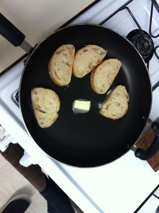 Después de cortar el pan. Traslado en una cacerola a fuego lento para brindar. Nos fundimos una cucharada de mantequilla a la vez y deje reposar en el pan. También puede manchar la mantequilla antes