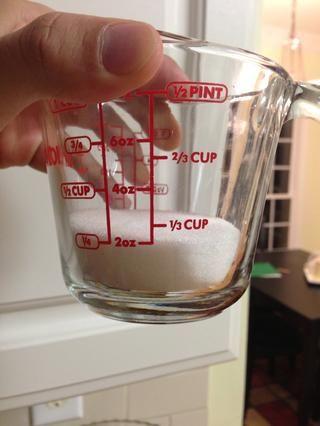Mida alrededor de 1/3 taza de azúcar de mesa.