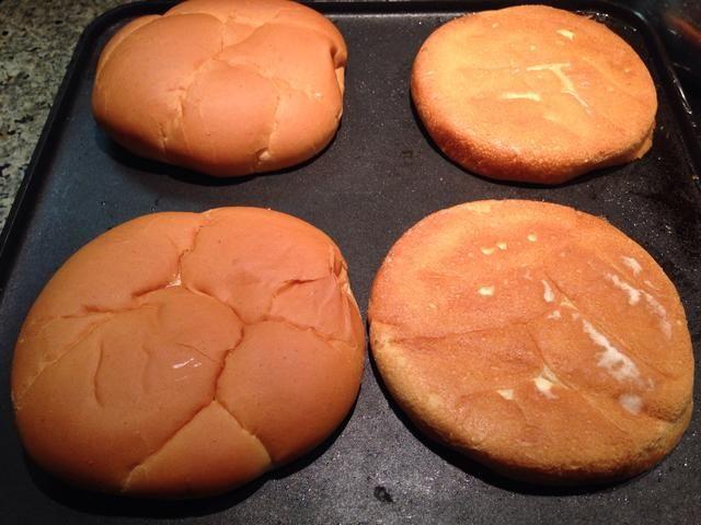 Mantequilla y pan tostado sus bollos en una plancha o prohibición de la fritura, o la parte superior plana o la parrilla si tienen la habitación.