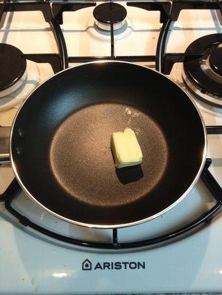 Cubo de mantequilla en una sartén. (Ajo mantequilla si es posible)