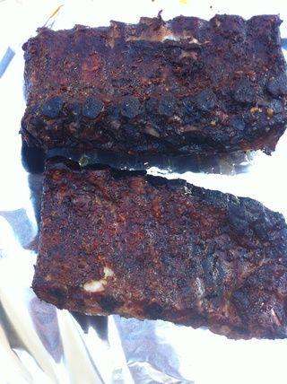 Después de 3 horas la carne comenzará a disminuir a partir de los huesos. Retire slather en corte la salsa por 1/3 con jugo de manzana y vinagre. Envuelva herméticamente en papel de aluminio. Sin lágrimas. Si es así doble envoltura.