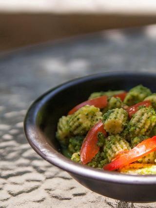 Mezcle todo junto wel.l Espolvorear un poco de tiras de tomate sobre el plato y servir para arriba caliente y picante.