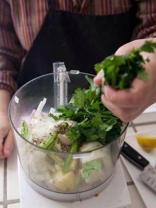Mezcle en 1 y 1/2 tazas de cilantro ...