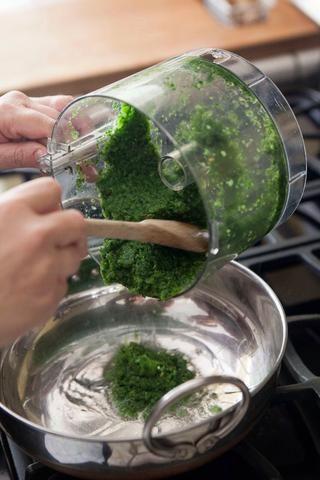Cuando el aceite esté caliente, añadir la pasta masala de chile verde