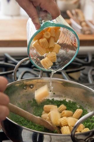 Cocinar todo durante unos 5 minutos. Añadir en el maíz tierno, y 2 cucharadas de agua.
