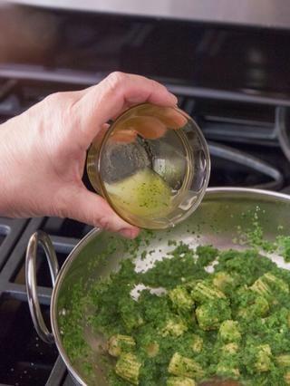 Cocine todo por un minuto más. Añadir en 1 cucharadita de jugo de limón y 1 cucharadita de azúcar.