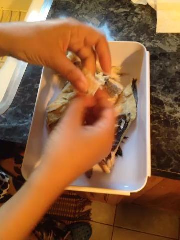 Después de haber eliminado la mayor parte de su sal de dejar que se enfríe un poco. Luego empezamos a triturar a morder pedazos de tamaño ?????? estoy tan loco yo no't get a boneless codfish. Makes sure you do. It's easier to shred