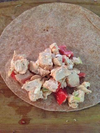 Coloque la mezcla en un extremo si la tortilla y espolvorear con lechuga. Siguiente rollo de la envoltura.