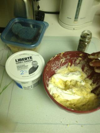 Algunos delicioso yogur griego normal.