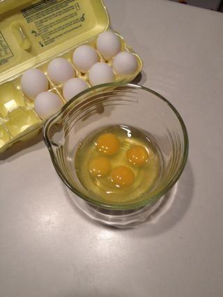 Agregue los huevos a un tazón.
