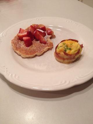 Sacar de la sartén y servir solo o con su selección de alimentos para el desayuno. ¡Disfrutar!