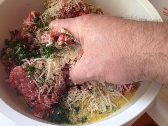 Con las manos mezclar todos los ingredientes