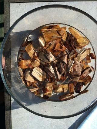 Remoje sus astillas de madera en agua durante unas horas antes de cocinar. yo'm using a mixture of apple and hickory.