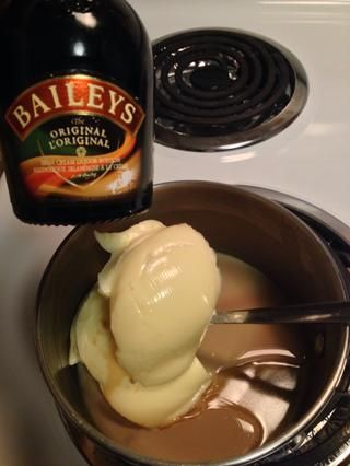 Derretir la margarina y Baileys' over medium high heat stirring constantly just until melted. Do not bring to a boil or your margarine will burn.