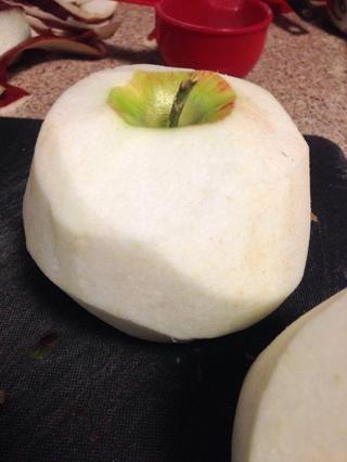 Piel fuera Pelar las manzanas ya sea utilizando un cuchillo o pelador. Guarde las pieles porque se puede freír profundo más tarde, cúbralo con azúcar canela y lo convierte en un gran bocado usando toda la manzana (nada's wasted)