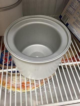 Coloque el recipiente del fabricante de helados en el congelador hasta que se enfríe.