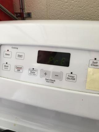 Precaliente el horno a 350 grados para el pastel.