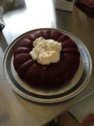 Retire la torta del molde una vez que esté completamente frío, y lo puso en un plato de servir. Llenar el centro de la torta con el helado. Asegúrese de hacer las maletas hacia abajo de manera que no hay agujeros.