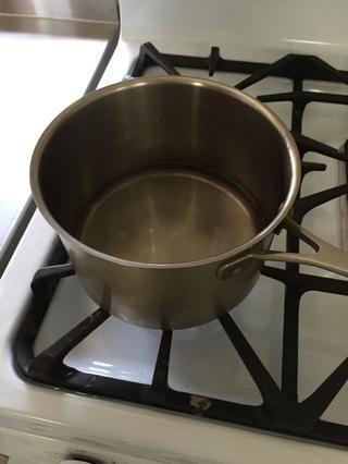 Caliente el agua en una cacerola a fuego lento hasta que.