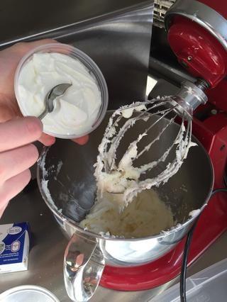 Agregue la crema agria.
