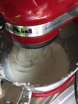 Batir hasta que la crema y la crema agria se mezclan en.