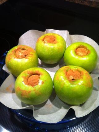 Arregle las manzanas en un molde para hornear de vidrio. Bandeja de horno hará la limpieza más fácil. Coloque la bandeja de hornear en un horno caliente.