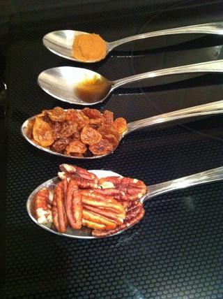 Mezclar la nueces, las pasas, la canela y la miel (o azúcar morena) juntos. Llenar cada manzana con una un cuarto de la mezcla. La foto representa la cantidad de relleno que se necesita por manzana.