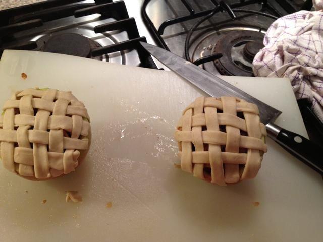 De cualquier trenzar su masa de tarta sobre las manzanas rellenas o simplemente cortar un trozo de masa para cubrir y hacer algunos agujeros para dejar salir el vapor.
