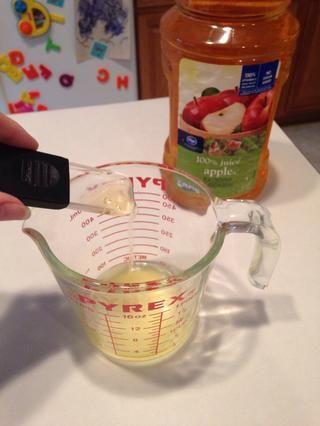 Añadir el jugo de manzana.